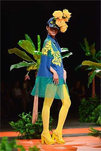 Ý tưởng xuyên suốt với bông hoa và những chồi non thêu nỗi trên Jeans đã làm cho Jeans có một tinh thần mới.