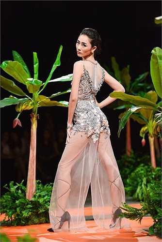 Hà Duy: Lần đầu ra mắt BST Haute Couture, Hà Duy chứng minh bản lãnh của mình bằng những mẫu thiết kế rất gợi cảm. Những chi tiết được thực hiện bằng tay lộng lẫy và công phu đến từng milimet.