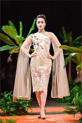 Với hai màu gold và silver, Hà Duy tạo được dòng chảy xuyên suốt trong BST của mình. Có thể nói Hà Duy đã vượt qua được những thách thức của thời trang và bước lên một nấc thang trong sự nghiệp của mình.