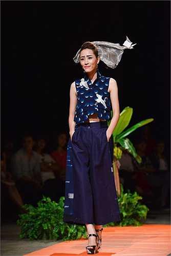 Minh hạnh: Chỉ với hai màu xanh đan và trắng của chất liệu thượng đẳng của thời trang là INDIGO của Nhật Bản, Minh Hạnh đã làm nên một nét phiêu lãng. Hình ảnh những con chim hạc tượng trưng cho hạnh phúc được thể hiện một cách sinh động, đó là những chuyến bay về phương trời của sự bình yên.