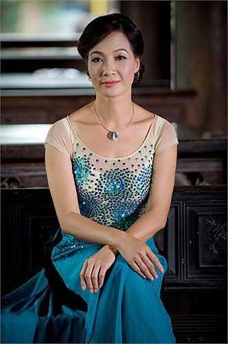 Ngay cả khi đã bước qua thời đỉnh cao nhan sắc, NSND Lê Khanh vẫn sở hữu vẻ đẹp đài các, dịu dàng.