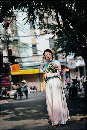 Mỗi lần về nước là Lam Khê có dịp mặc áo dài và thực hiện bộ ảnh dịu dàng như thế này.