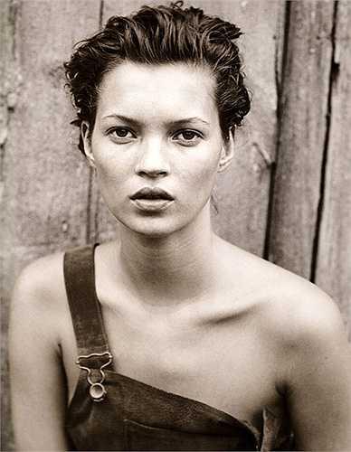 1. Kate Moss: Kate Moss là một trong những siêu mẫu hàng đầu của những năm 1990. Cô được một công ty tìm kiếm tài năng phát hiện vào năm 14 tuổi khi đang ngồi đợi máy bay quốc tế tại New York năm 1988. Nhờ vóc dáng gầy gò, cô cũng là biểu tượng 'heroin chic' thời điểm bấy giờ và nắm giữ vai trò đặc biệt trong định nghĩa size 0 trong thời trang. Hiện tại, Kate Moss vẫn là tên tuổi được chú ý trong làng thời trang và cô cũng tham gia vào nhiều dự án kinh doanh.