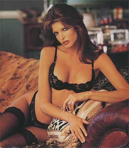 8. Stephanie Seymour    Chân dài sinh năm 1968 bắt đầu sự nghiệp tại Nam California, Mỹ với vai trò là người mẫu cho các siêu thị hàng hiệu và cửa hàng báo. Mặc dù có khởi đầu khá khiêm tốn, nhưng sau đó Stephanie Seymour đã tìm được chỗ đứng trong làng mẫu khi hợp tác với nhiều thương hiệu nổi tiếng và xuất hiện trên các tạp chí Sports Illustrated, Vogue, Playboy...Ngoài công việc người mẫu, Stephanie Seymour còn từng đóng vai chính trong video âm nhạc của Guns N 'Roses, lấn sân sang lĩnh vực p