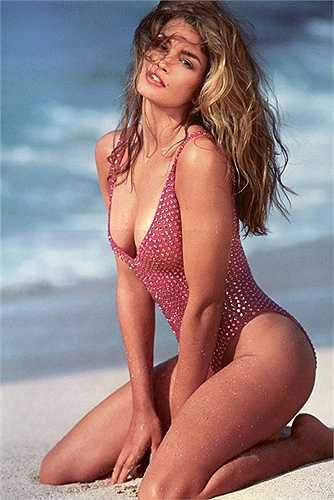2. Cindy Crawford: Nhắc đến những vẻ đẹp ám ảnh của thập niên 90 mà thiếu vắng cái tên Cindy Crawford thì quả là thiếu sót. Chắc có lẽ chẳng ai quên được khuôn mặt tuyệt mỹ cùng chiếc nốt ruồi đặc trưng ở gần môi trên.