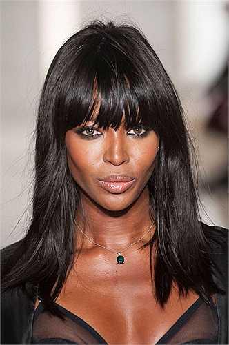 Chân dài sinh năm 1970 cũng từng thử sức với vai trò, ca sĩ nhưng không được thành công vang dội như nghề người mẫu. Khuôn mặt cá tính, làn da màu săn chắc, khỏe khoắn, Naomi Campbell được ví như báo đen và viên ngọc đen quý của làng thời trang.