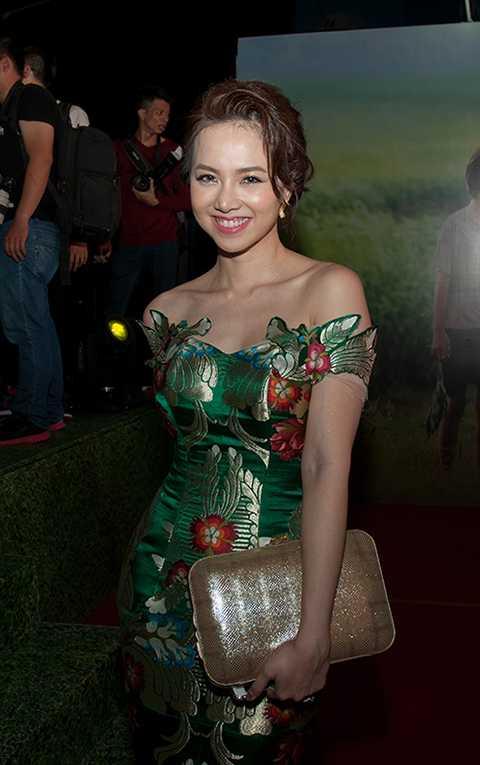 Đinh Ngọc Diệp xuất hiện nổi bật giữa đám đông với chiếc đầm bó quyến rũ, khoe vai trần tinh tế và đường cong gợi cảm. Đây là bộ trang phục mà nhà thiết kế Anh Thư đã thực hiện dành riêng cho nữ diễn viên.