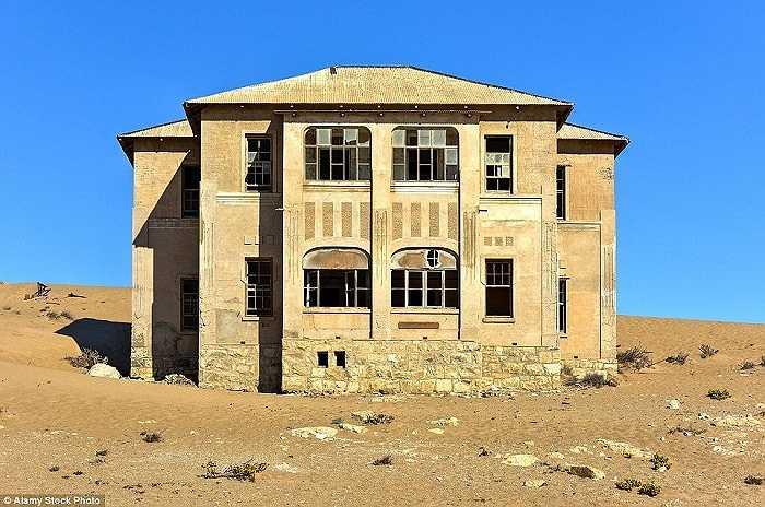 Thị trấn Kolmanskop nằm sâu trong sa mạc Namibia đã từng là nơi rất phát triển nhưng giờ đây nó đã trở thành một thị trấn hoang tàn và đang dần bị cát vùi lấp