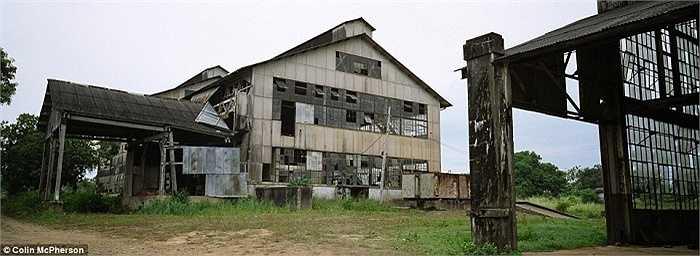 Thị trấn Fordlandia ma nằm trong khu rừng nhiệt đới của Brazil do công ty sản xuất ô tô Henry Ford xây dựng như một đồn điền cao su nhằm cung cấp nguyên liệu cho một nhà máy của hãng này ở Michigan, Mỹ