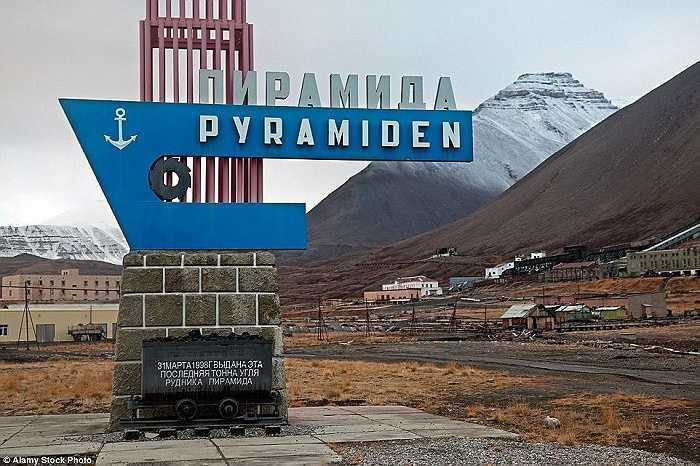 Được đặt theo tên một ngọn núi có hình kim tự tháp, thị trấn Pyramiden, Na Uy đã từng là nơi khai thác than của Liên Xô nhưng nó bị bỏ hoang vào năm 1998
