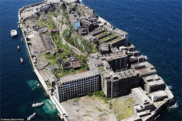 Hơn 5,000 người từng sống ở đây nhưng khi một mỏ than đóng cửa vào năm 1994, hòn đảo đã hoàn toàn bị bỏ rơi