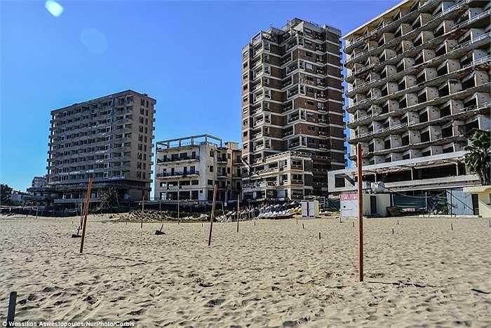 Bãi biển Varosha, Cộng hòa Síp đã từng là nơi lui tới thường xuyên của nhiều ngôi sao điện ảnh nổi tiếng như Elizabeth Taylor và Brigitte Bardot