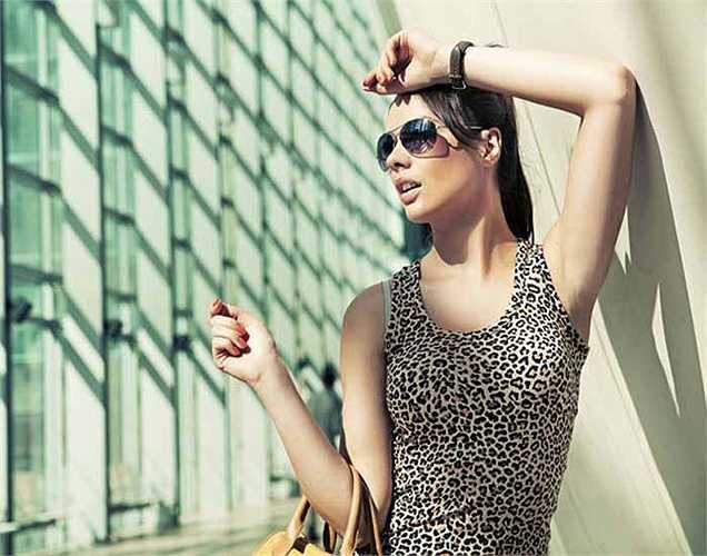 Thiếu ánh nắng mặt trời: Chúng ta đều biết rằng cơ thể phải đủ vitamin D để hấp thụ canxi và phốt pho. Khi bạn không cung cấp đủ vitamin D, xương sẽ bị ảnh hưởng.