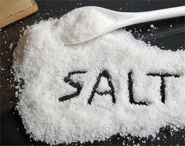 Muối: Một nghiên cứu cho biết rằng dùng quá nhiều muối có thể gây mất canxi vì khi đó cơ thể đào thải các khoáng chất này.
