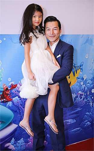 Trong show diễn đầu tiên của Disney Live! Lễ Hội Âm Nhạc của Mickey diễn ra tại TP HCM, Trần Bảo Sơn đã đưa con gái Bảo Tiên đi xem.