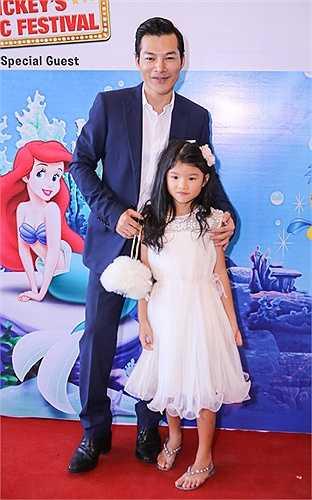 Nam diễn viên rất cưng chiều cô công chúa nhỏ.