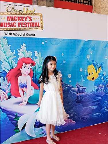 Bảo Tiên càng lớn càng xinh đẹp. Cô bé thừa hưởng nhiều nét đẹp của cả bố và mẹ.