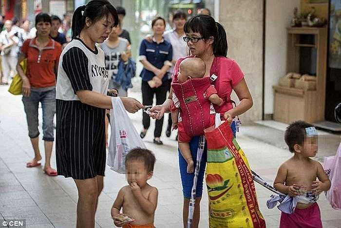Nhiều người cảm động và giúp đỡ 4 mẹ con bằng tiền mặt