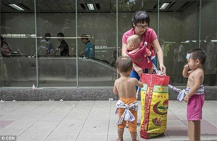 4 mẹ con thu hút được sự chú ý vì đa số ở Trung Quốc các gia đình chỉ có 1 con