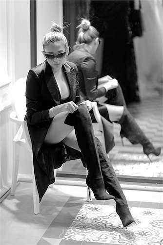 Tuy vậy, anh cũng rất tiếc với quyết định của người đẹp: 'Võ Hoàng Yến có một phong thái tự tin, bước đi mạnh mẽ dứt khoát. Cô vừa thể hiện được sư kiêu sa, lạnh nhưng không kém phần yểu điệu mong manh. Theo tôi, Việt Nam chưa có chân dài nào thay thế được Yến'.