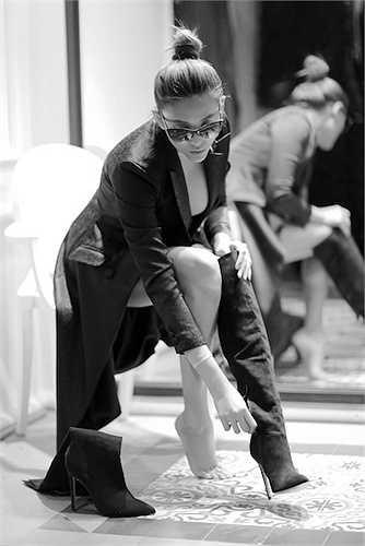 Ngược lại nhà thiết kế là người bạn tâm sự, chia sẻ của chân dài trong thời gian cô gặp nhiều thị phi, dư luận như bị ông bầu Minh Chánh tố lừa tình-tiền, tai nạn ô-tô, người thứ ba khiến mối tình Hà Hồ và Cường đô-la tan vỡ...