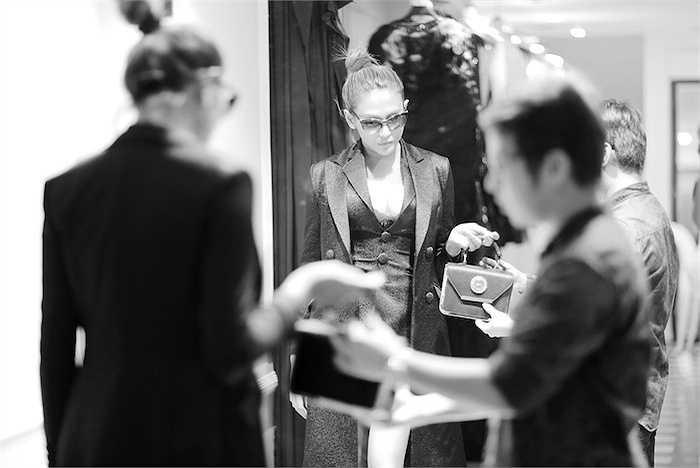 Liên lạc với Hoàng Yến, cô xác nhận về thông tin giã từ sự nghiệp người mẫu, nhưng cho biết, thời điểm này cô muốn tập trung cho show diễn tối 1/10 và sẽ chia sẻ rõ hơn lý do với truyền thông ngay sau show.