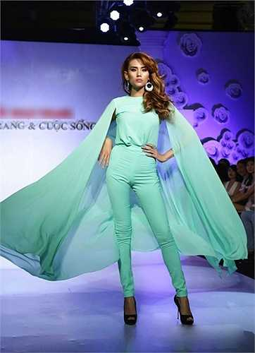 Với chiều cao 1,78m và có số đo ba vòng hoàn hảo 90-61-91, Hoàng Yến vẫn đang là một siêu mẫu hàng đầu tại Việt Nam.
