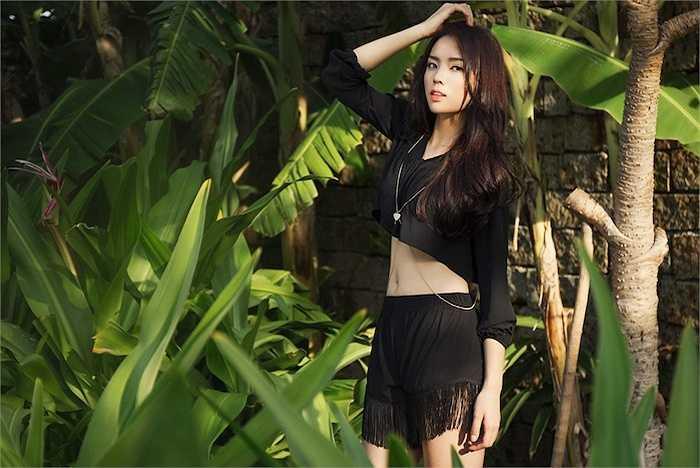 Người đẹp của Hoa hậu Việt Nam 2014 diện trang phục crop-top, khéo léo khoe vòng eo 'con kiến'.