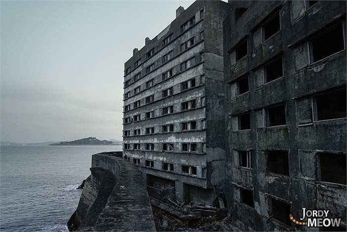 Đảo có hình dáng giống một tàu chiến, nên đảo Hashima còn được gọi là Gunkanjima (đảo tàu chiến)