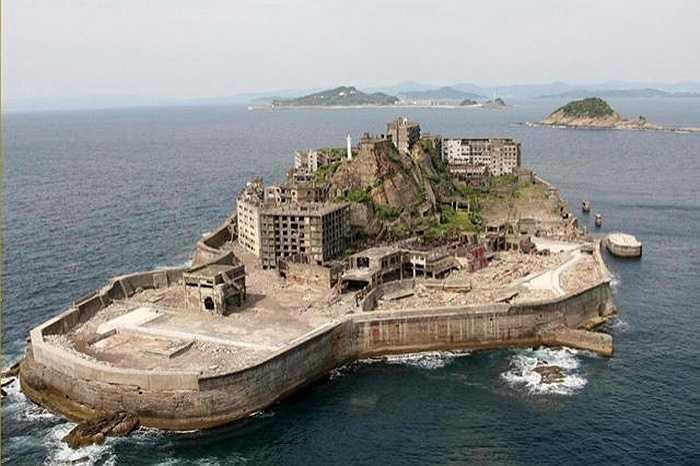 Xung quanh đảo là lớp hàng rào bê tông, trên đảo các tòa nhà được xây dựng đã lâu nay đã cũ, nát