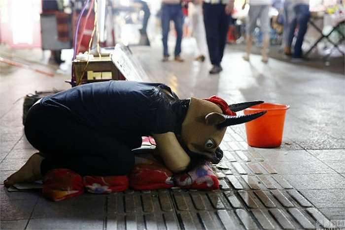 Cô gái quỳ rạp bên đường xin tiền chữa bệnh cho cha