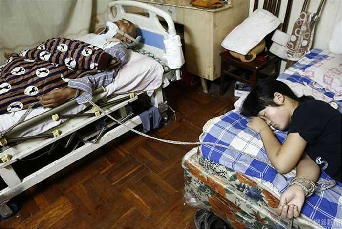 Mong muốn lớn nhất của ông là một ngày có thể đi lại bình thường, không còn là gánh nặng của gia đình