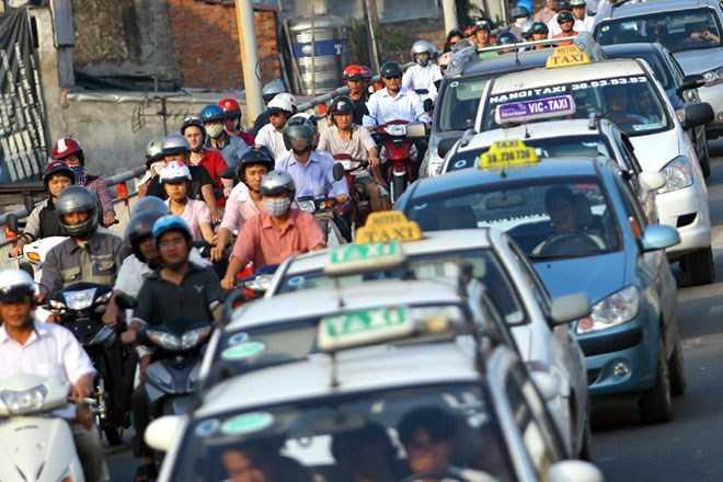 Thời gian qua, giá xăng giảm nhưng giá cước taxi, vận tải hành khách, thực phẩm... lại không giảm tương ứng