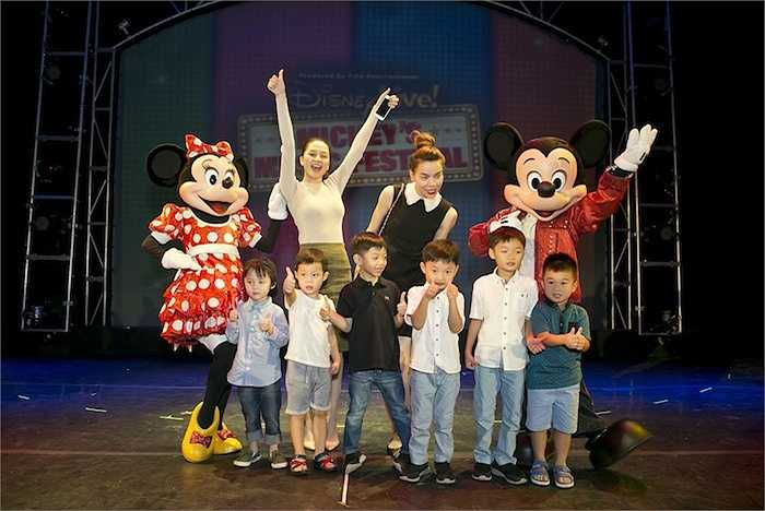 Bên cạnh gia đình Hồ Ngọc Hà, cô học trò cưng Thiều Bảo Trang cũng đến xem show diễn Disney Live! thứ ba này. Cô hào hứng chụp hình kỷ niệm và vui đùa cùng với gia đình Hồ Ngọc Hà, Cường Đô-la và bé Subeo.