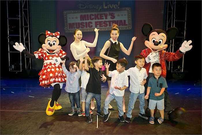 Sau khi xem xong show diễn, cô phấn khích chia sẻ cảm xúc của mình: 'Đây là một show diễn thật tuyệt vời. Thiều Bảo Trang đã được gặp rât nhiều nhân vật hoạt hình mà từ nhỏ Trang rất mê. Trang thích nhất là cô chuột Minnie vì nhân vật này khá 'bánh bèo' (cười lớn).