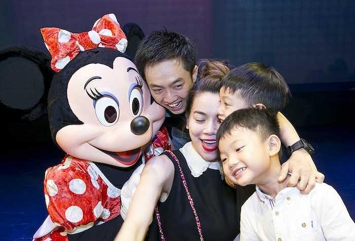 Ba người đã có một buổi tối vui vẻ và hạnh phúc khi cùng nhau thưởng thức những màn trình diễn đặc sắc của các nhân vật Disney.