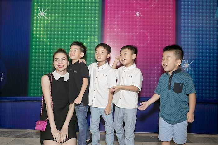 Hồ Ngọc Hà chia sẻ: 'Hôm nay, Hà cùng con trai và các anh em của Subeo đi xem chương trình Disney Live! Lễ hội âm nhạc của Mickey'.