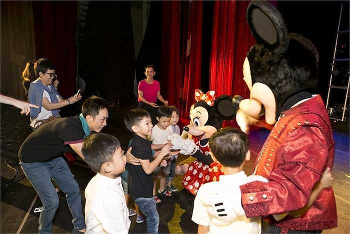 Khi được mẹ hỏi 'Con thích nhân vật nào nhất?', bé Subeo rất tự nhiên hô to 'Mickey'.