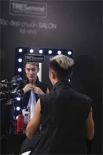 Top 6 của hành trình 'Keep Moving – Không ngừng chuyển động' sẽ đối mặt với thử thách chụp hình street style cho một chiến dịch quảng cáo Hair Stylista của NTK Hoàng Minh Hà – Quán quân Project Runway Vietnam 2013.