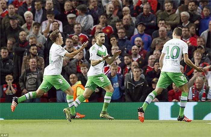 Trước một MU được đánh giá cao hơn, Wolfsburg chủ động chơi phòng ngự phản công ngay từ đầu và đội khách đã phần nào thành công với lối chơi này