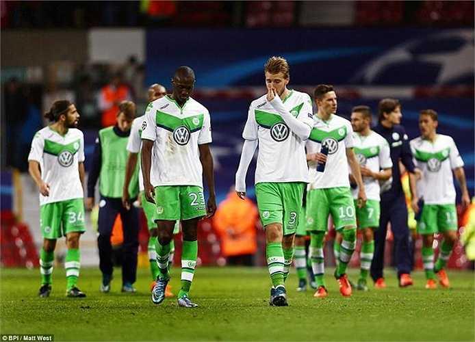 Các cầu thủ Wolfsburg tiếc nuối khi đánh rơi điểm ở Old Trafford