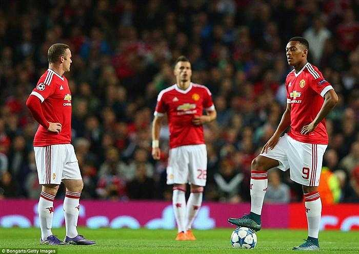 Rooney và Martial dường như vẫn chưa có sự kết dính tốt trên hàng công MU