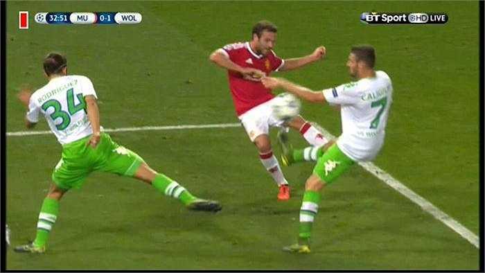 Phút 34, MU được hưởng penalty sau tình huống tiền vệ Daniel Caligiuri để bóng chạm tay trong vòng cấm