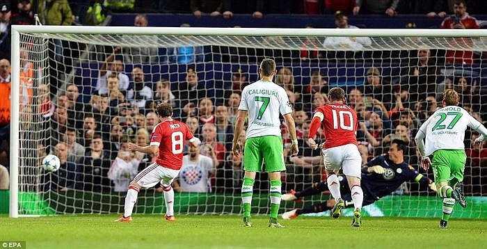Trên chấm 11m, Juan Mata bình tĩnh đánh lừa thủ môn Benaglio, quân bình tỉ số 1-1 cho MU