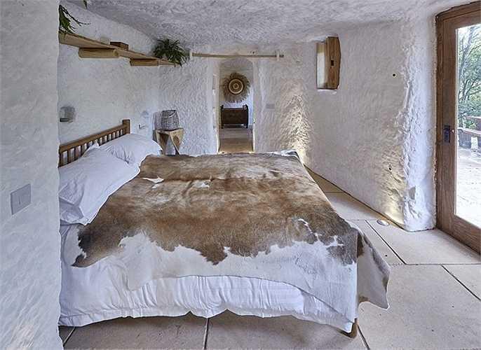 Cựu doanh nhân đã bỏ ra 100000 bảng Anh (khoảng 150000 USD) và tự xây dựng ngôi nhà trong vòng 8 tháng.