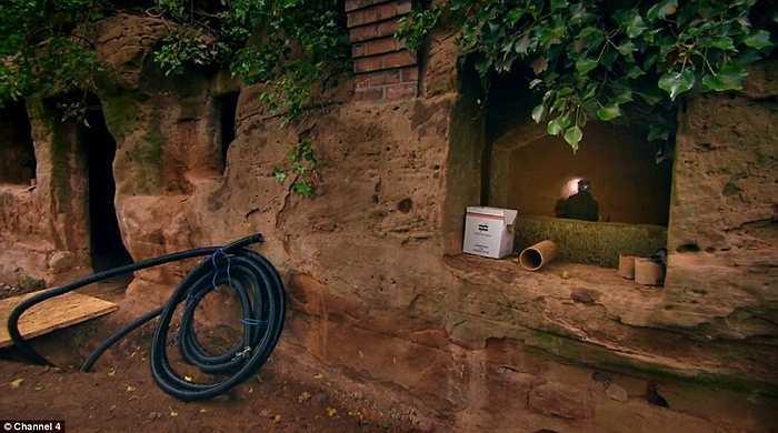Ông mua lại hang động ( ảnh trước khi được tu sửa) với giá 62 000 bảng Anh (khoảng 95 000 USD) từ địa phương.