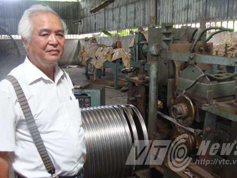 Ông Khánh bên chiếc máy tự động sản xuất vành xe đạp inox