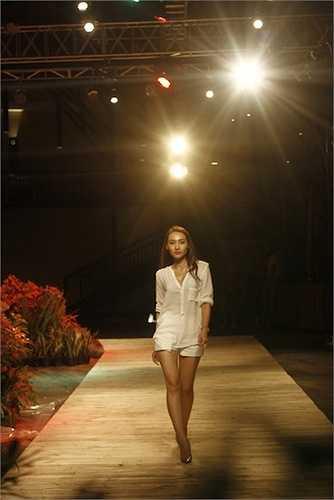 Dàn người mẫu đã dành nhiều thời gian để làm quen với sàn diễn gỗ, sân khấu sang trọng hòa lẫn vào thiên nhiên, cùng với chỉ đạo catwakl - cựu siêu mẫu Thanh Trúc cùng đạo diễn Phạm Hoàng Nam và NTK Chung Thanh Phong.