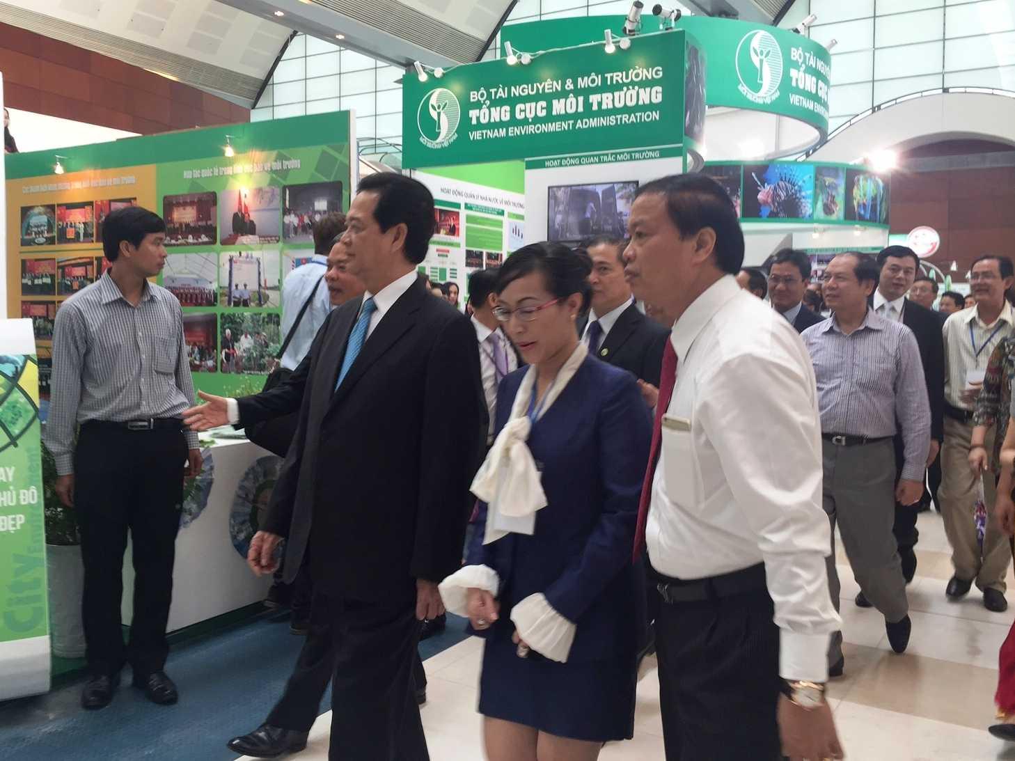 Thủ tướng Nguyễn Tấn Dũng tham quan mô hình máy phát điện tại Hội nghị triển lãm quốc tế về môi trường diễn ra tại Trung tâm Hội nghị quốc gia (Hà Nội).