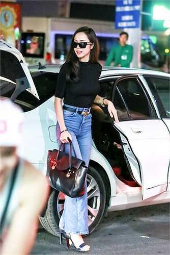 Vũ Ngọc Anh vừa xuất hiện tại sân bay Tân Sơn Nhất tối qua (30/9) để lên đường sang Hàn Quốc.